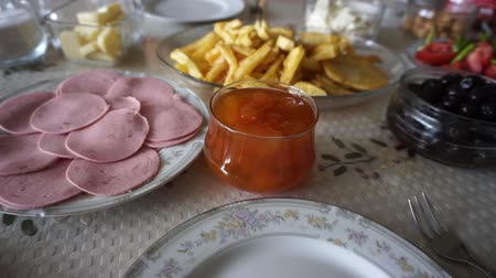 готовые к употреблению : breakfast time, breakfast table french fries, jam, butter, cheese, tea, olives, bread etc ...