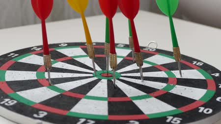 cíle : dart arrows and dartboard, colorful dart arrows