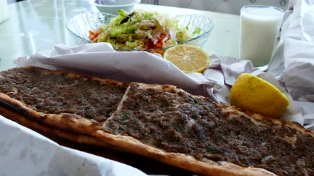 kebab : turkey meat pita, warm meat and bread on the table, the meat and bread out of steam close-up, Vídeos