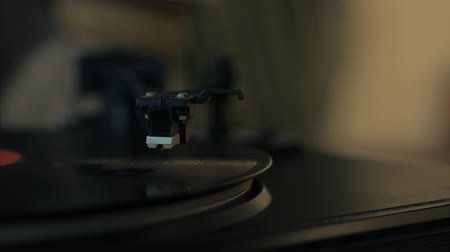 agulha : A retro-styled spinning record vinyl player. Stock Footage