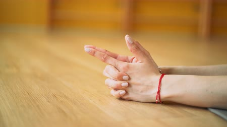 equilíbrio : Young woman practicing yoga samakonasana in yellow studio. Girl doing split twine. Close up hands in vajra arrow mudra Stock Footage