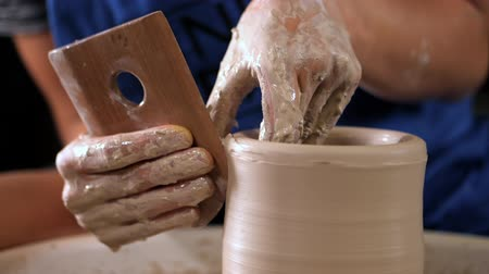 moldagem : Traditional pottery making,man teacher shows the basics of pottery in art studio