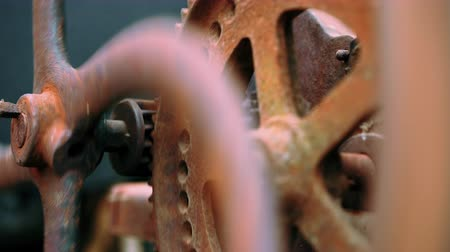 mecânica : Industrial mechanism. Steampunk, time, old, clock concept. Big metal rusty gears rotating close-up view.