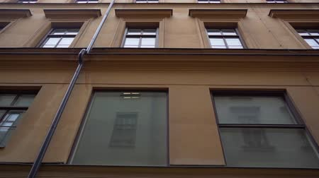 İskandinav : Apartment building streets in old northern european city. Scandinavian windows. Facades of colorful houses in the streets of Sweden. Traveling concept. Slow motion. Steadicam shot