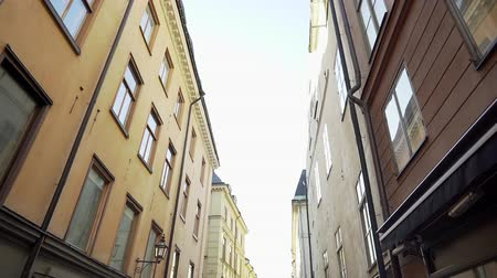 non městský dějiště : Apartment building streets in Stockholm area at winter. Scandinavian facades of old town houses in the narrow streets. Traveling concept. Slow motion. Steadicam shot