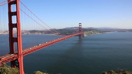 barışçı : Golden Gate bridge and opening to the ocean - California Stok Video