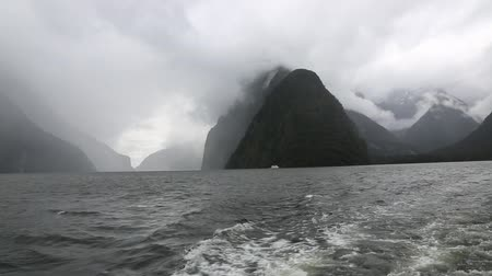 barışçı : Clouds over Milford Sound, New Zealand Stok Video