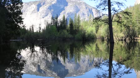specchio : Su Mirror Lake, Yosemite, California Filmati Stock