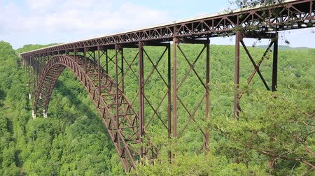 Виргиния : Side view at New River Gorge bridge, West Virginia Стоковые видеозаписи