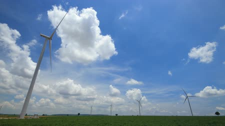moinho de vento : timelapse wind turbines generating electricity,blue sky and clouds running background