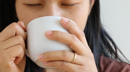 xícara de café : Woman enjoy drinking coffee