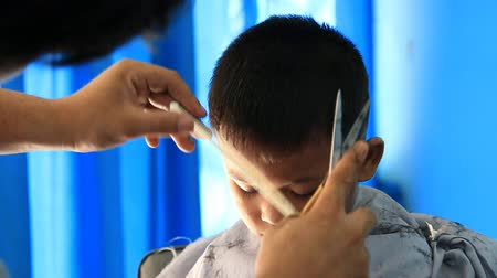 kuaför : Barber cutting hair for boy. Stok Video