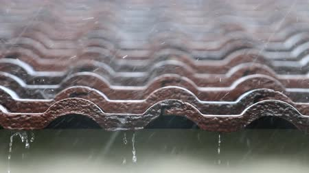 gota de chuva : Falling Rain drop on brown brick roof