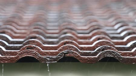 çatı : Falling Rain drop on brown brick roof