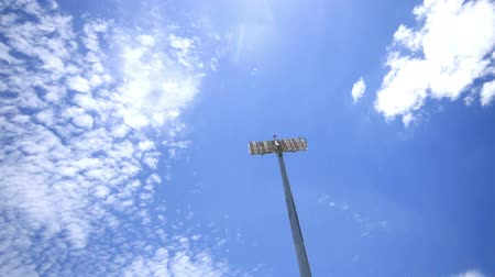 бейсбол : Stadium spot lights, beautiful blue sky and clouds running background, time lapse.