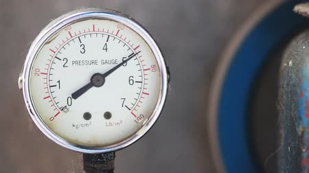 wijzerplaat : Close-up manometer met compressor werken.