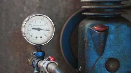 tárcsáz : Close up pressure gauge with compressor working.