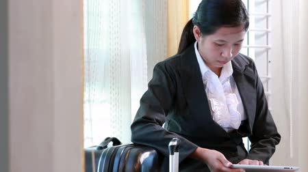 viagens de negócios : Business woman waiting for travel and using tablet computer Stock Footage