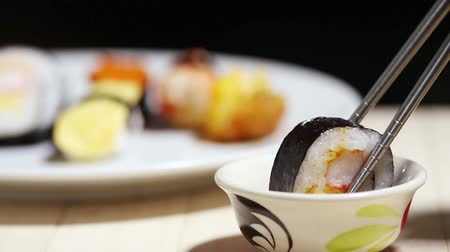 comida japonesa : Sushi keep chopsticks and dipped into the sauce,Japanese Food. Vídeos