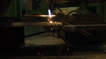 meşale : Industrial worker cutting steel by using metal torch, 60 fps.