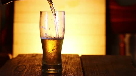 cerveja : Close up pour beer to glass.