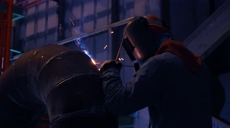 ipari : Industrial workers welding on an industrial plant.