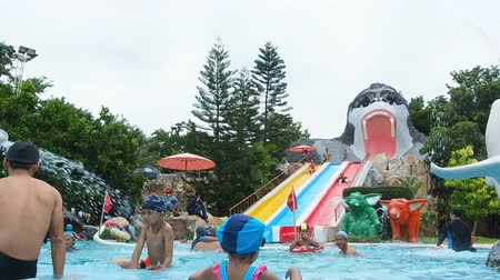 парк : People playing in summer player in water park