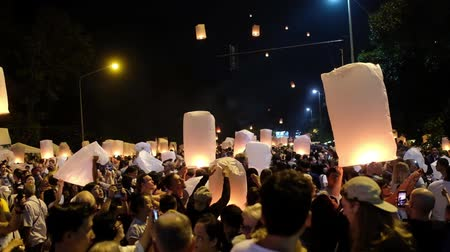 thai kültür : Chiang Mai,Thailand-3 November 2017: People run a large paper lantern with fire in the night sky. Yee Peng Festival, Loy Krathong in Chiangmai