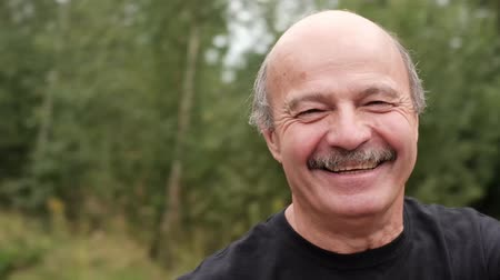 barátságos : Mature caucasian man whirling and smiling. He enjoy spending time on vacation together with his wife Stock mozgókép