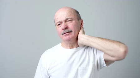 nejistota : man holding hand on his neck suffering from pain Dostupné videozáznamy
