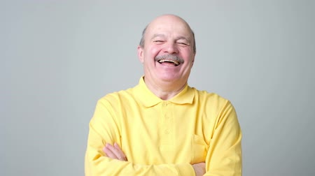 expressão facial : Mature adult man laughing looking at the camera. Positive emotion concept