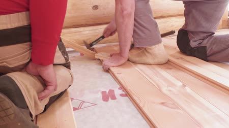 обрамление : Carpenters set wooden planks tightly laying lining floor in house