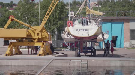 Чарльз : TOLIATTI, RUSSIA. CIRACA JULY 2017. Sailors prepare yacht for launching Стоковые видеозаписи