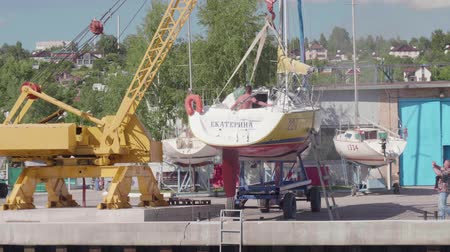 Бостон : TOLIATTI, RUSSIA. CIRACA JULY 2017. Sailors prepare yacht for launching Стоковые видеозаписи