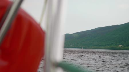 такелаж : View from stern to white sailboat in the background of wooded mountain Стоковые видеозаписи