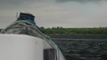 такелаж : View from white yacht sideways to the wooded shore and the overcast sky