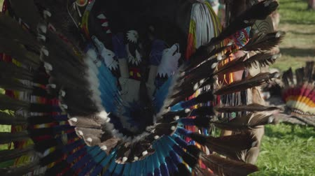 перуанский : View of part of Peruvian dress made of feathers on true Peruvian playing flute and dancing outdoors