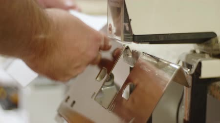 clipe de papel : Caucasian man fastens brochure sheets with electric stapler