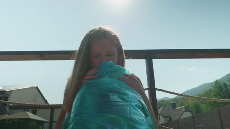 matrace : Young long-haired blonde puffs up the mattress by the pool Dostupné videozáznamy