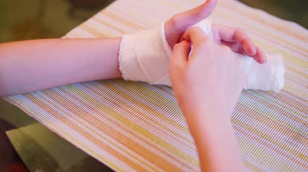 gips : Caucasian child tries to scratch his hand under gypsum bandage Wideo