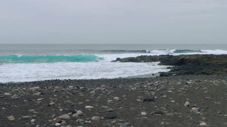 nedves : Swell on north coast of Gran Canaria Stock mozgókép