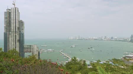 кхмерский : PATTAYA - CIRCA JANUARY 2018: View of Pattaya bay from view point in Pattaya city public park