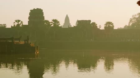 Ангкор : View of Angkor Wat temple in early morning in back lighting