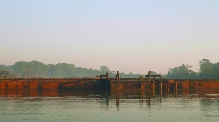Ангкор : View of stone bridge leading to Angkor Wat temple early in morning. Its closed for restoration period