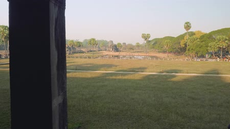 кхмерский : Large territory with pond near angkor Wat temple