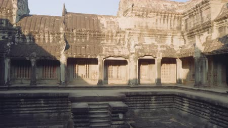 кхмерский : View of ancient pool in Angkor Wat temple