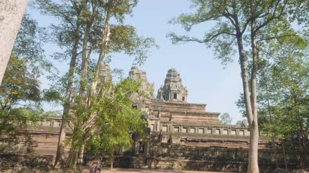 кхмерский : View of ancient Angkor wat temple on sunny day