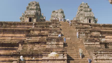 Ангкор : Stairs leading to top of ancient Angkor wat temple on sunny day and tourists walking there