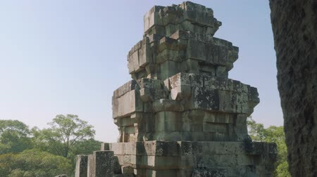 Ангкор : Incomplete construction of ancient Angkor wat temple on sunny day