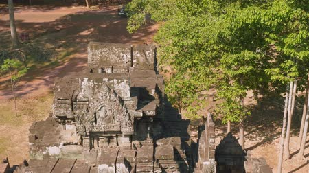 к юго западу : Top view of ruins of ancient Angkor Wat temple Стоковые видеозаписи